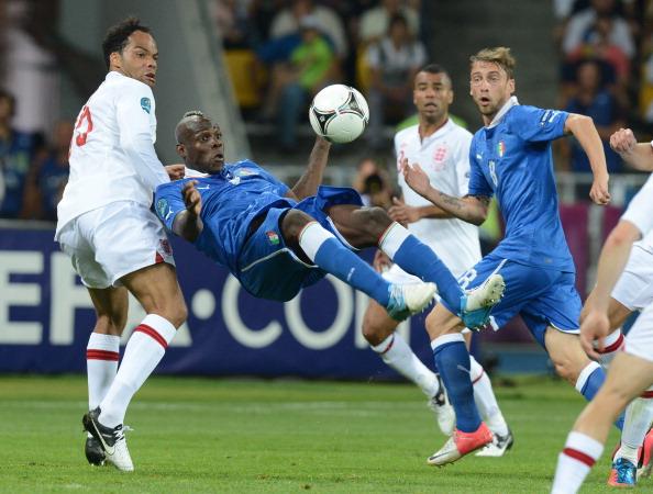Итальянский форвард Марио Балотелли пытается пробить ударом через себя во время матча Англия — Италия 24июня в Киеве. Фото: PATRICK HERTZOG/AFP/Getty Images