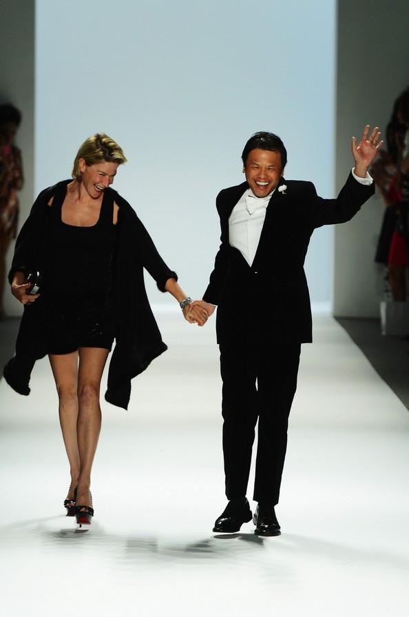 Zang Toi зі своєю музою Джулією Маклоу на Mercedes-Benz Fashion Week. Фото: Frazer Harrison/Getty Images для Mercedes-Benz