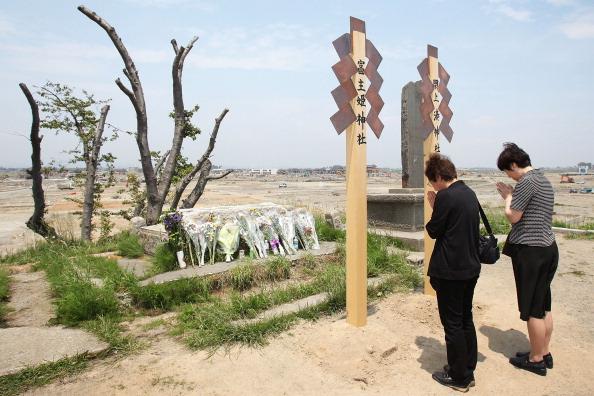 Жители г. Натори поминают погибших. Фото: Kiyoshi Ota/Getty Images