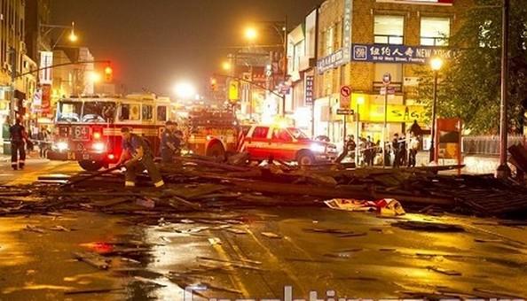 Ураган в Нью-Йорке валил деревья и опрокидывал машины в Парк-Слоуп в Бруклинском городке Нью-Йорка.. Очистка города от упавших деревьев. Фото: Michael Nagle/Getty Images