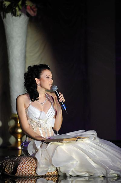 Участница конкурса Невеста года в Украине-2010 читает эссе. Фото: Владимир Бородин/The Epoch Times Украина