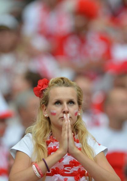 Польская болельщица в надежде на позитивный результат своей сборной во время матча России и Польши 12 июня 2012 года в Варшаве. Фото: GABRIEL BOUYS/AFP/GettyImages