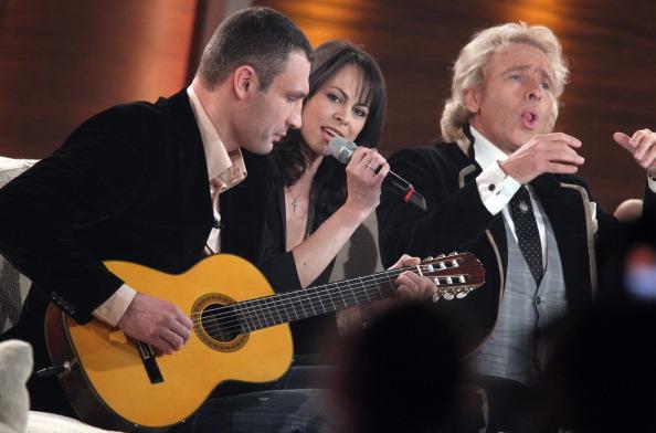 Виталий Кличко с женой и телеведущим Томасом Готтшалком играет на гитаре. Фото: Ronny Hartmann/Bongarts/Getty Images