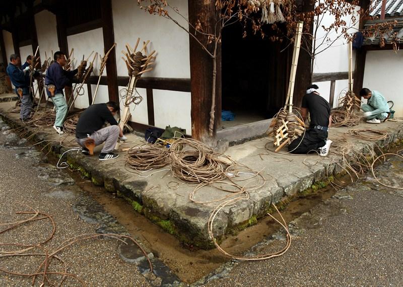 Нара, Япония, 1 марта. Жители изготавливают гигантские факелы к празднику «Доставания воды» (Омидзутори) из колодца, вода в котором, по легенде, появляется всего раз в году. Фото: Buddhika Weerasinghe/Getty Images