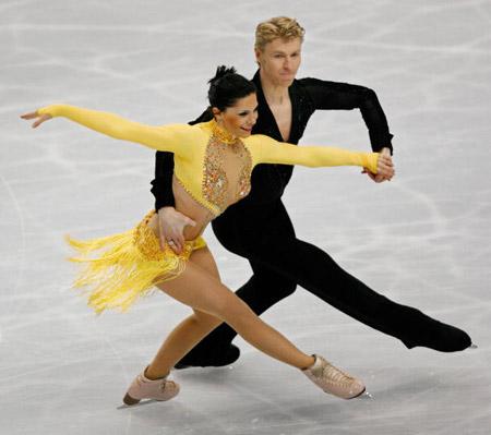 Французькі фігуристи Isabelle Delobel і Olivier Schoenfelder на чемпіонаті в Токіо. Фото: TORU YAMANAKA/AFP/Getty Images