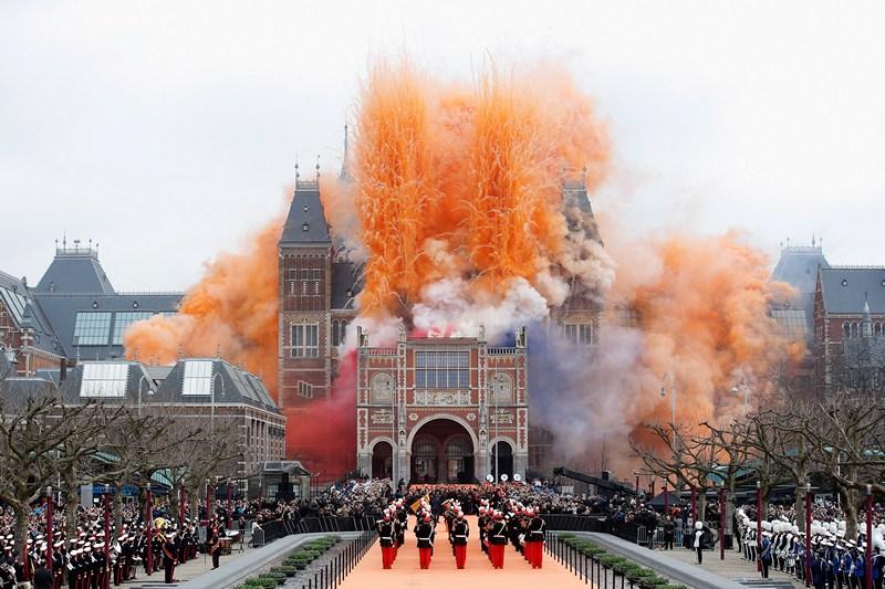 Амстердам, Нідерланди, 13 квітня. В урочистій обстановці, з феєрверками та димовими шашками, після 10-річної реконструкції відкрито старовинну будівлю художнього музею (Рейксмюзеум). Фото: Dean Mouhtaropoulos/Getty Images