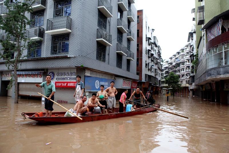Чунцин, Китай, 23 июля. Город затопили сильные дожди. Фото: STR/AFP/GettyImages