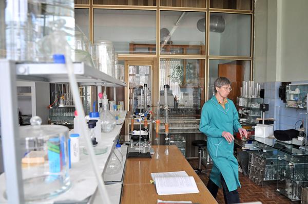Работник лабаратории в ГП «Укрметртестстандарт» делает анализ продукции. Фото: Владимир Бородин/The Epoch Times Украина