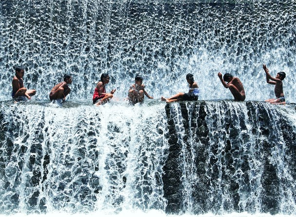 Ещё один прекрасный день. Дети купаются в водопаде. Остров Бали, Индонезия. Фото: Michael Ivan Rusli/travel.nationalgeographic.com