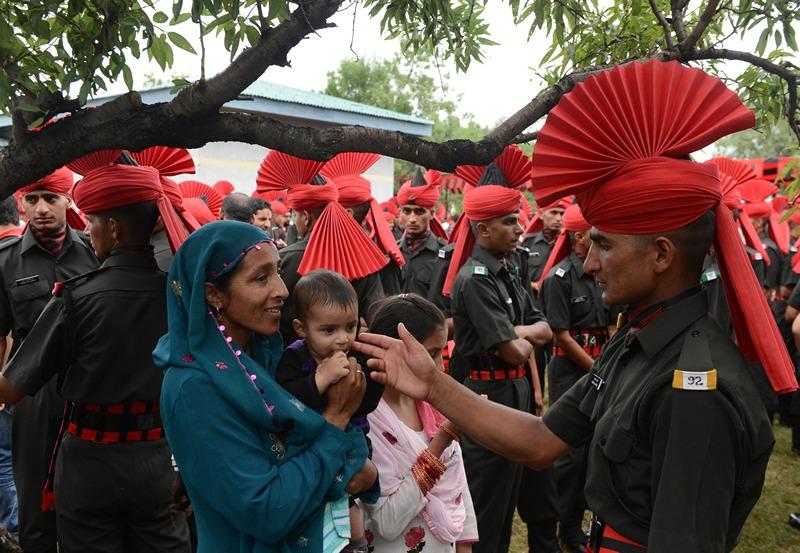 Шринагар, Индия, 10 июля. Новобранец пехотного полка приветствует родственников после завершения выпускного парада. Фото: TAUSEEF MUSTAFA/AFP/Getty Images