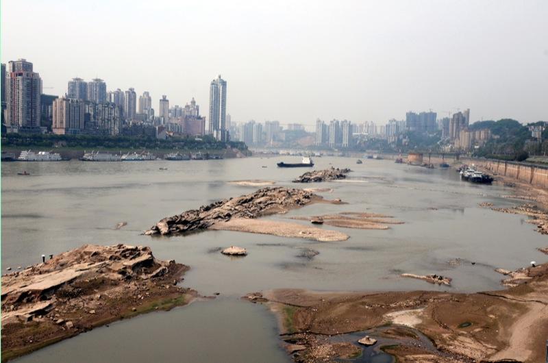 Высушенные берега реки Янцзы в городе Чунцин на юго-западе Китая 6 мая 2011 года. Засуха на реке Янцзы Китая привела к исторически низкому уровню воды, что вынудило остановку движения на длиннейшем водном пути страны. Фото: STR / AFP / Getty Images