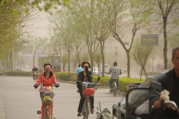 Песчаная буря в городе Шицзячжуан провинции Хэбэй. Апрель 2011 год. Фото с epochtimes.com