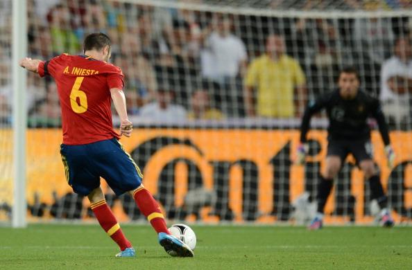 Андрэс Иньеста (Испания) пробивает по воротам португальского вратаря, 27июня, Донецк. Фото: JEFF PACHOUD/AFP/Getty Images