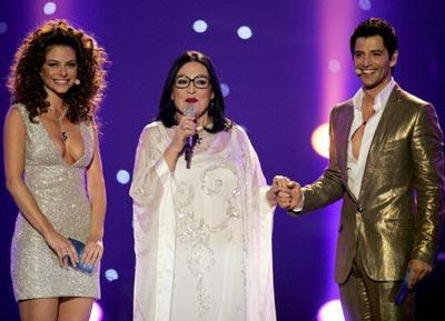 Греческая певица Nana Mouskouri, американская актриса Maria Menounos и греческий певец  Sakis Rouvas. фото: ARIS MESSINIS/AFP/Getty Images