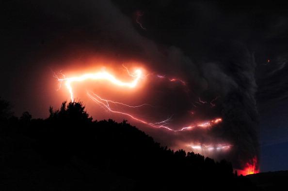 Молнии сверкают в облаке пепла, извергаемом вулканом Пуйеуэ, недалеко от города Осорно, Чили. Фото: CLAUDIO SANTANA/AFP/Getty Images