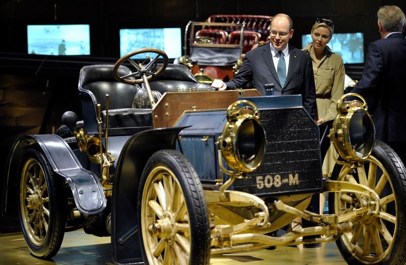 Штутгарт, Германия, 10 июля. Князь Монако Альбер II с супругой Шарлин посетили музей автоконцерна «Мерседес-Бенц». На фото — автомобиль Mercedes Simplex 1902 года выпуска. Фото: THOMAS KIENZLE/AFP/GettyImages