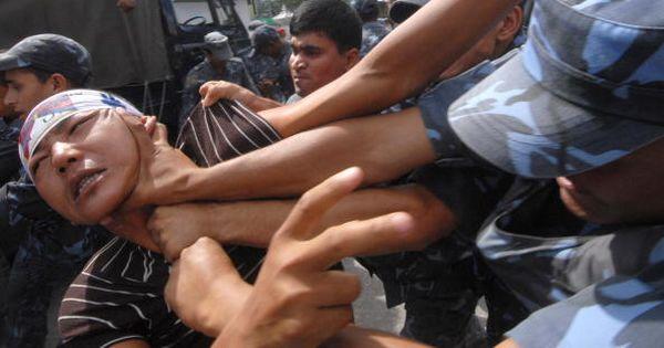 Непальские полицейские задерживают тибетских активистов во время демонстрации возле китайского консульства в Катманду. Фото: AFP PHOTO/Prakash MATHEMA