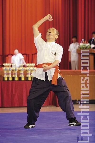 Мастер школы Удан Чжуннань, Хэ Го-Чжао, демонстрирует стиль «Пьяный архат». Фото: Лянь Ли. The Epoch Times