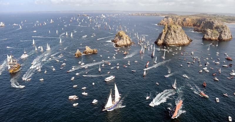 Франция, 19 июля. На западном побережье страны в заливе Крозон морским парадом открылся традиционный фестиваль яхтенного спорта «Салюты Бреста». Фото: FRED TANNEAU/AFP/GettyImages