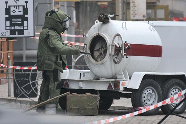 Эксперт взрыво-технической группы МЧС ликвидирует не взорвавшуюся гранату. Фото: Владимир Бородин/The Epoch Times Украина