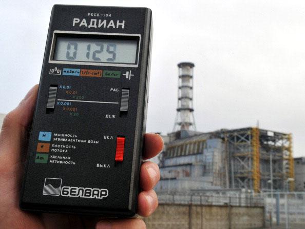 Дозиметр показывает измерения уровня радиации в воздухе 31 марта 2011 года возле 4-го энергоблока Чернобыльской АЭС накрытого саркофагом. (SERGEI SUPINSKY/AFP/Getty Images)