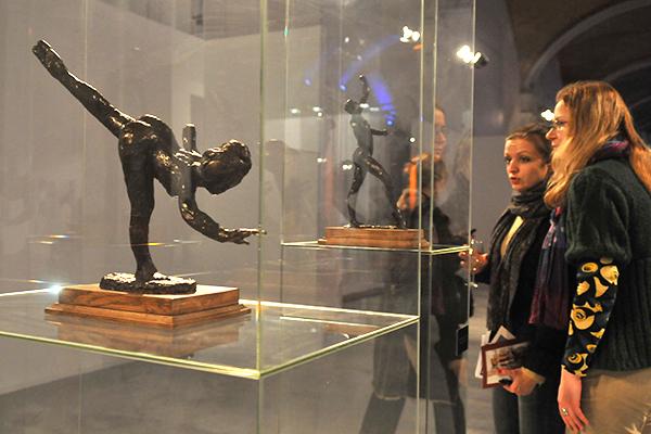 Девушки рассматривают скульптуру Эдгара Дега Танцовщица, большая арабеска, третий этюд на Большом скульптурном салоне в Киеве 17 февраля 2011 года. Фото: Владимир Бородин/The Epoch Times Украина
