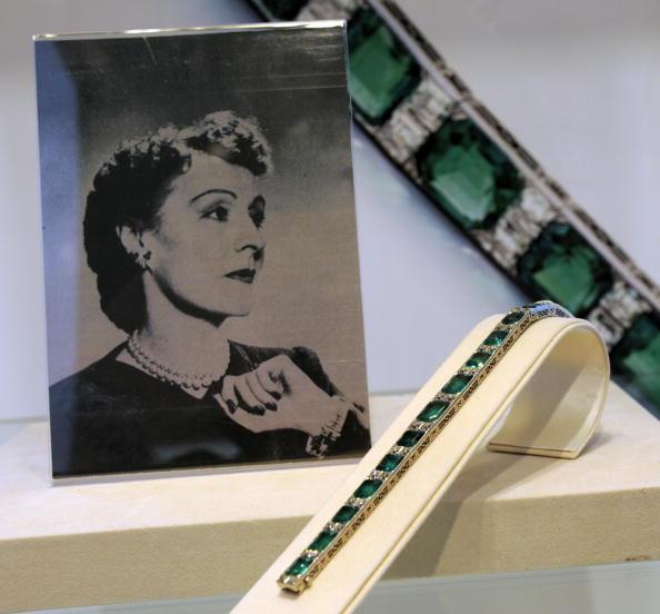 Изумрудно-алмазный браслет от Tiffany & CO. приблизительно 1925 года на великолепной продаже драгоценностей в Нью-Йорке 20 апреля 2010 года. Фото: TIMOTHY A. CLARY/AFP/Getty Images