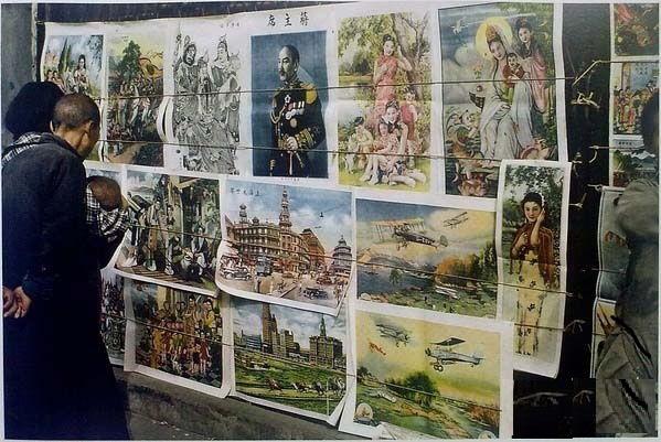 Оголошення, афіші, картини та новини на стіні. Місто Куньмін провінції Юньнань в 1945 році
