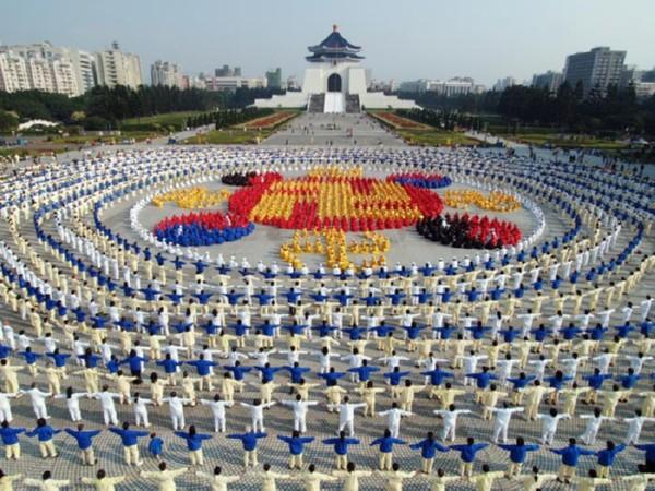 Вправи Фалуньгун на площі Чан Кайши. Фото: ru-enlightenment.org