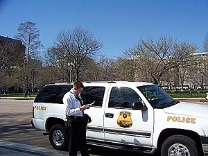 Большое колличество работников охраны, также как и этот агент секретной службы в униформе, охраняют самые ключевые районы Капитолия. Фото: Энни Пилзберри/The Epoch Times