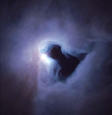 2 марта 2000 г. Отражающая туманность NGC 1999. Свечение получается вследствие того, что свет от скрытого внутри источника отражается на облаке пыли и газа. Само облако не излучает света. Темное треугольное пятно в центре представляет собой заслон большой