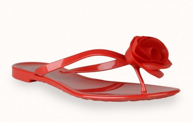 Резиновые шлёпанцы от Valentino. Фото: shoes.stylosophy.it