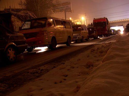 На обледенелой трассе на несколько десятков километров растянулась вереница застрявших в пробке машин. Фото с epochtimes.com