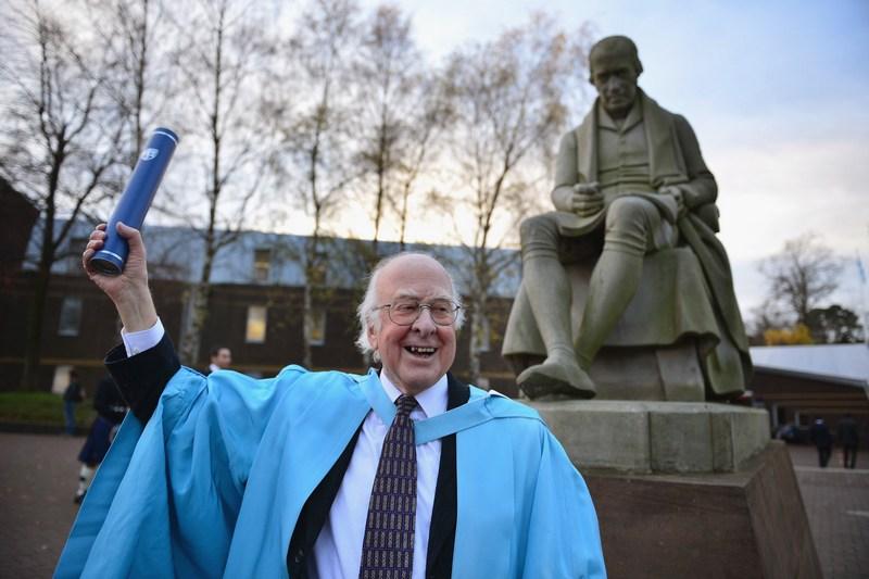 Эдинбург, Англия, 16 ноября. Профессор Питер Хиггс удостоен звания почётного доктора наук в крупнейшем университете страны Хериот-Уотта за предсказание так называемой «частицы бога» — бозона Хиггса. Фото: Jeff J Mitchell/Getty Images