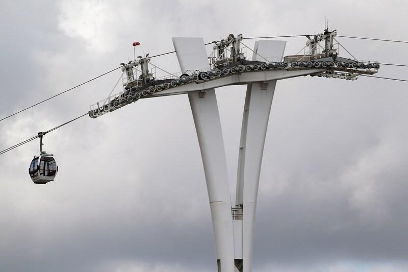 Лондон, Англия, 16мая. Над Темзой строят канатную дорогу, которая соединит между собой олимпийские объекты. Стоимость самого дорогого в мире проекта среди подобных составляет около 60млн фунтов стерлингов. Фото: Dan Kitwood/Getty Images
