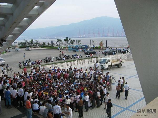 Жители острова Лянь провинции Цзянсу перекрыли плотину, которая является единственным проездом на остров, выражая протест против коррупции чиновников. 30 июля 2009 г. Фото с epochtimes.com