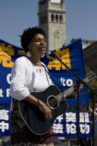 Виступає співачка Кортні Доу. Фото: John Yu/The Epoch Times