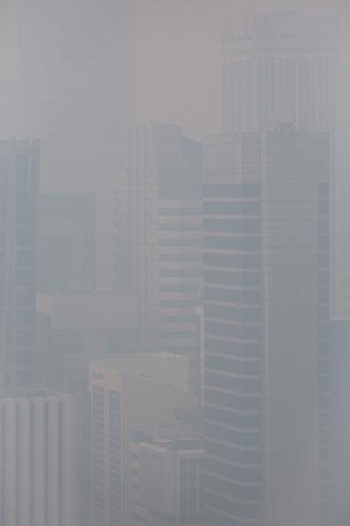 Багатоповерхівки Сінгапуру ледь відніються за стіною смогу. Фото: Chris McGrath/Getty Images