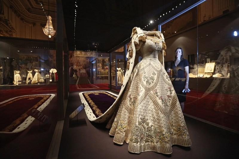 Лондон, Англия, 25 июля. Коронационное платье и мантия Елизаветы II представлены на выставке «Коронация королевы 1953», открывшейся в Букингемском дворце. Фото: Oli Scarff/Getty Images