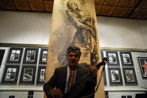 Бандурист Анатолий Лихошвай играет на выставке «Украина помнит! Голодомор 1932–1933 гг. – геноцид Украинского народа». Фото: Владимир Бородин/Великая Эпоха