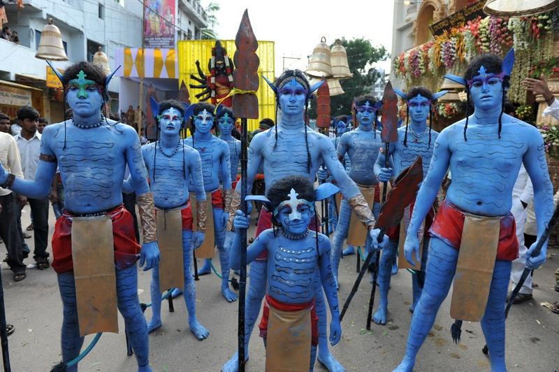 Хайдарабад, Индия, 16 июля. Индийцы в костюмах персонажа фильма «Аватар» на фестивале Боналу в честь богини Кали. Фото: NOAH SEELAM/AFP/GettyImages