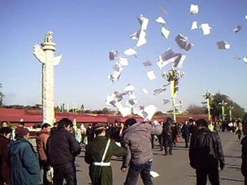 Когда обращения к властям не дают никаких результатов, апеллянты от безысходности разбрасывают листовки со своими жалобами в людных местах в Пекине. Фото: FRA