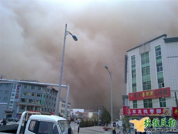Песчаная буря в уезде Минчин провинции Ганьсу. 24 апреля 2010 год. Фото: minqin.net