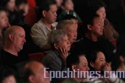 Зрители заворожено смотрят концерт творческого коллектива Шень Юнь Фото: Ма Ёджи/ Великая Эпоха