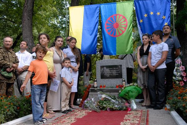 Ромы почтили память своих близких, расстрелянных в Бабьем яру. Фото: Владимир Бородин/The Epoch Times