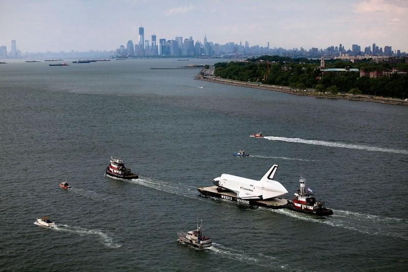 Нью-Йорк, США, 3 июня. Шаттл «Энтерпрайз» перевозится на барже к месту постоянной экспозиции на палубе музея-авианосца «Интерпид» («Неустрашимый»). Фото: Michael Nagle/Getty Images