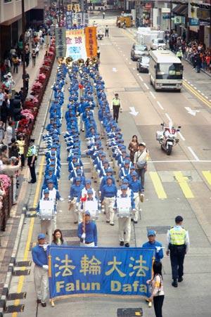 Підтримуючи вихід з КПК 19 мільйонів китайців, парад на чолі з Небесним оркестром, пройшов вулицями Гонконгу. Фото: Цзінчао Пань/Велика Епоха