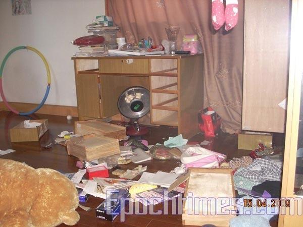 В квартире адвоката Чжен Энчуна полицейские перевернули всё вверх дном. Фото: с сайта epochtimes.com