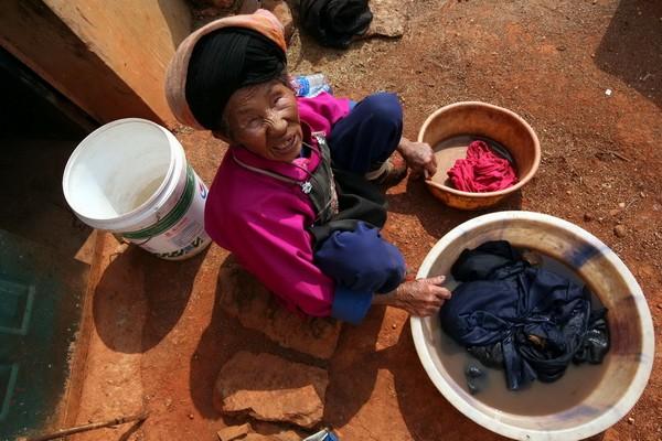 После купания в этой же воде жена Лю стирает одежду. Фото с aboluowang.com