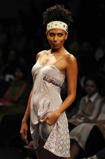 Одежда от дизайнера Rina Dhaka на Неделе моды Wills India Fashion Week, проходившей в индийском Нью-Дели. Фото: MANPREET ROMANA/AFP